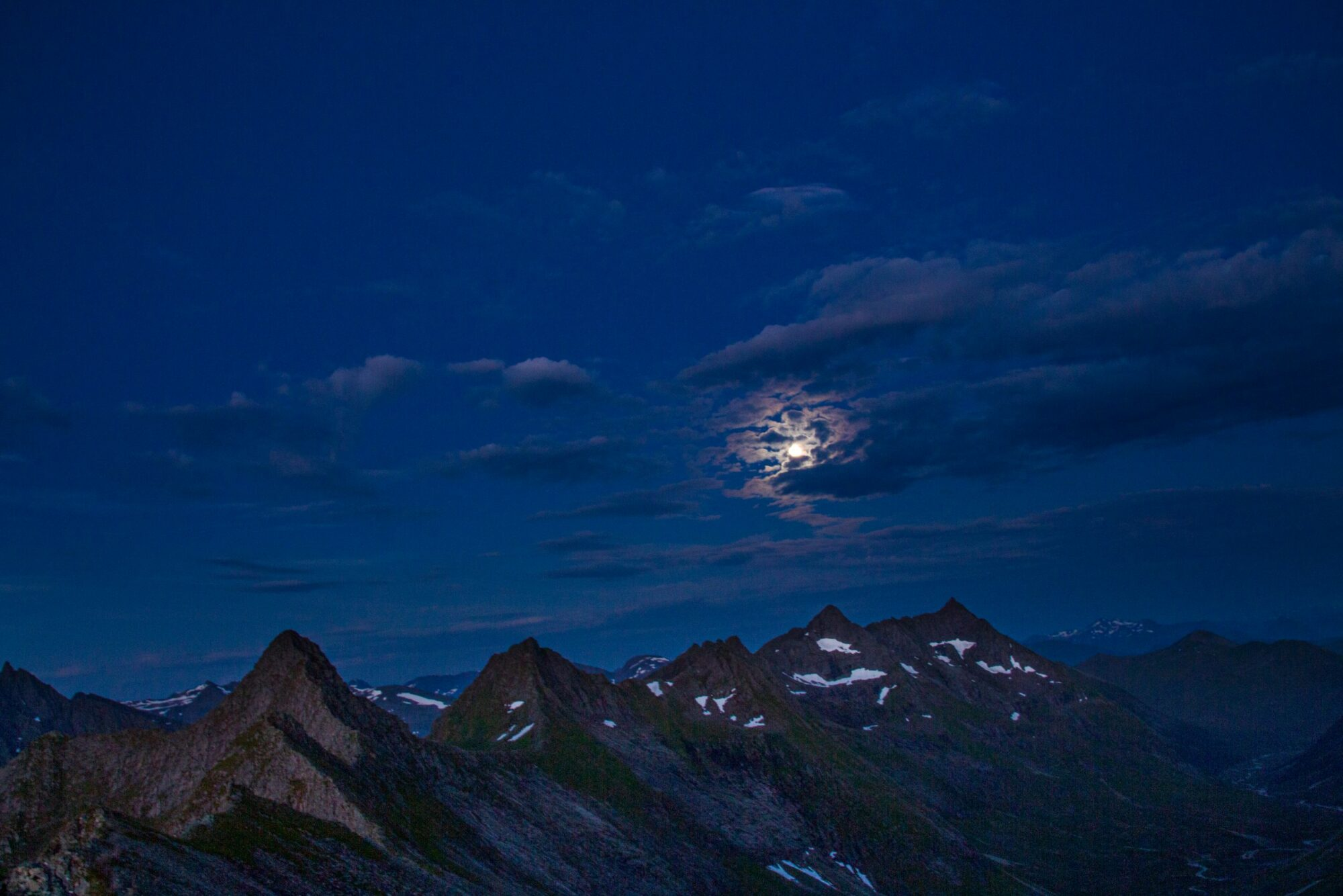 Fint månelys over Sunnmørstindar.