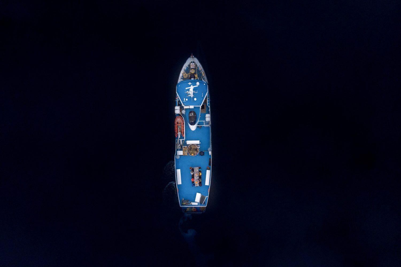 Båten Slogen sett frå fugleperspektiv.