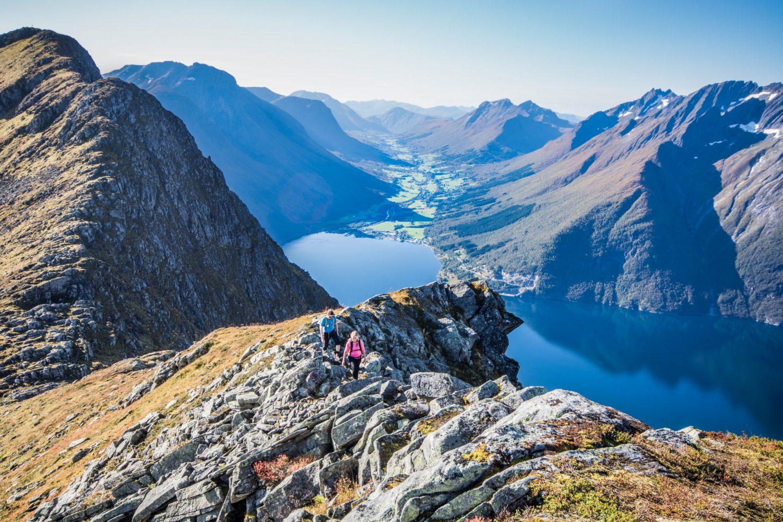 Trygve og Silja har kome ned frå Staksa og tek no til vidare på Hjørundfjordegga.