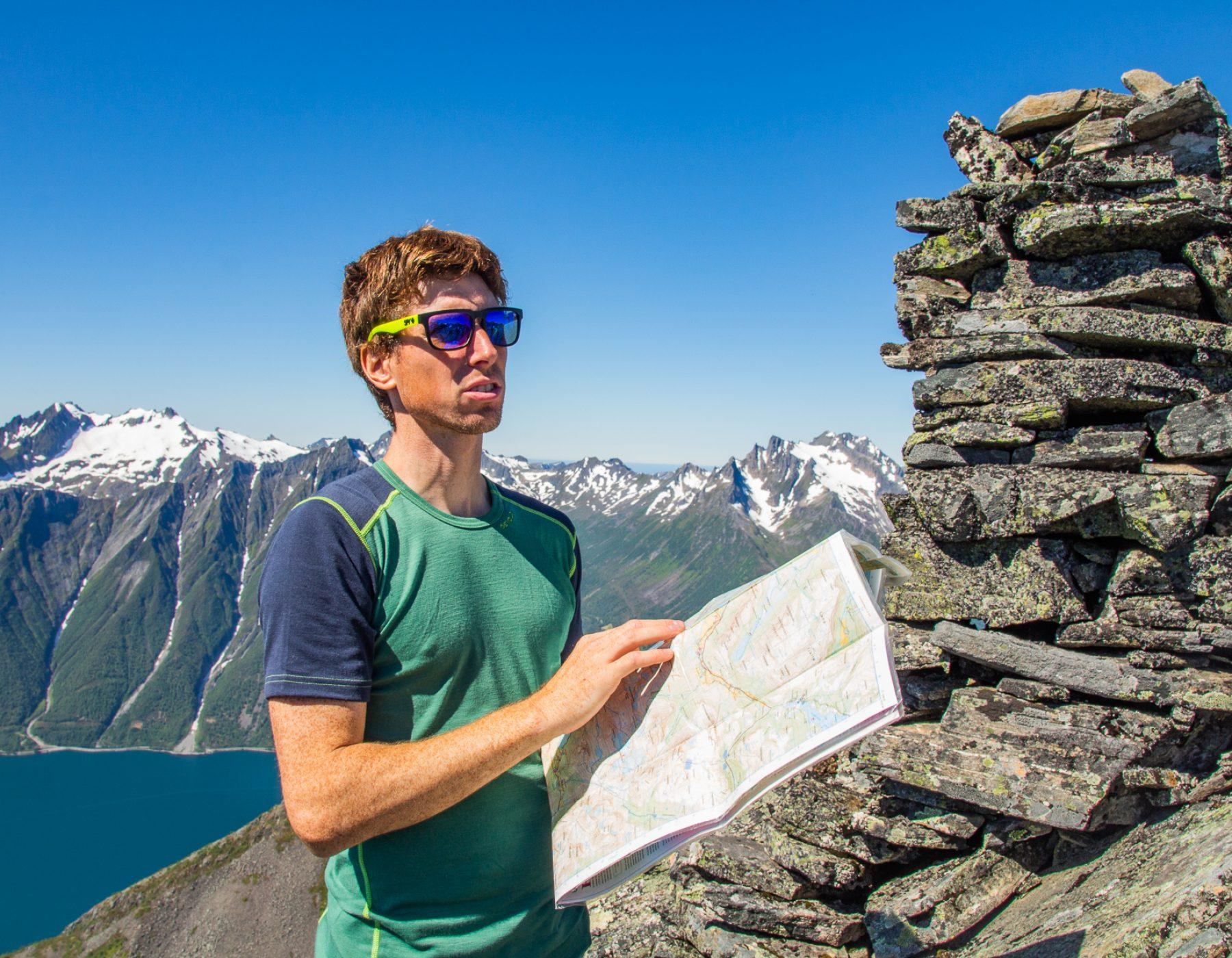 Stig studerer kartet for beste ruteval.