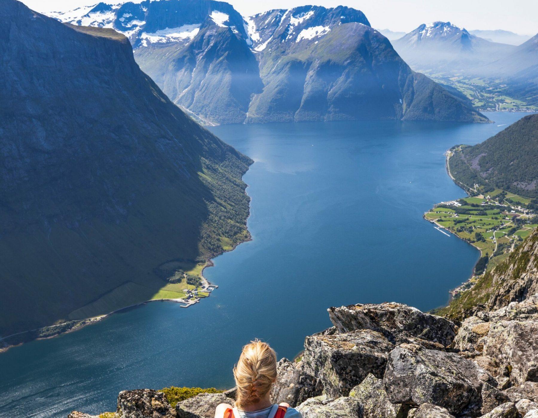 Malin speidar utover fjorden.